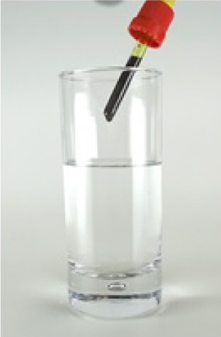 フタに付属するスポイトを使ってお飲物に混ぜていきます。